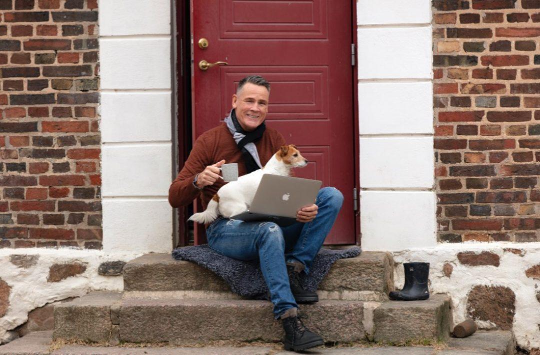 Mats Svensson med hund och laptop i knät